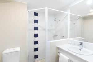 A bathroom at Travelodge Hotel Blacktown Sydney