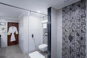 A bathroom at Lemon Tree Hotel Gangtok