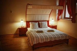 A bed or beds in a room at Hotel Stein Elbogen