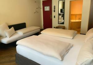 A bed or beds in a room at Hotel Deutsche Eiche