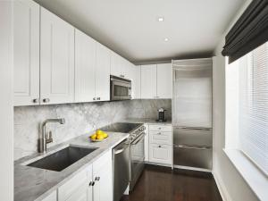 A kitchen or kitchenette at AKA Sutton Place