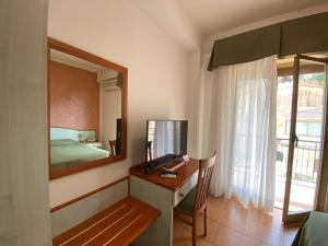 A television and/or entertainment centre at Hotel Soleado