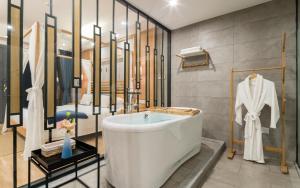 A bathroom at Yangshuo Zen Garden Resort