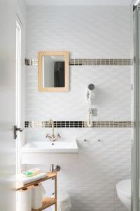 A bathroom at Picnic Dreams Boutique Hostel