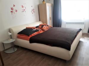 Postel nebo postele na pokoji v ubytování Apartmány Karlštejn