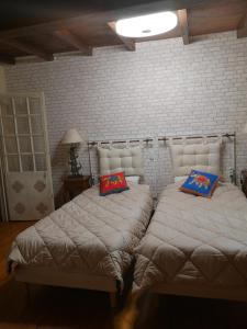 A bed or beds in a room at La Pigario