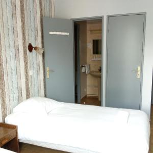 A bed or beds in a room at Hôtel du Monolithe