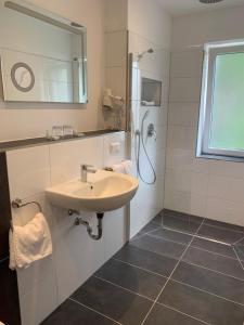 Ein Badezimmer in der Unterkunft Hotel Restaurant zur Post