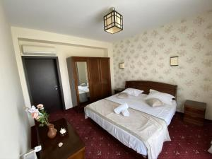 A bed or beds in a room at Pensiunea de Vis
