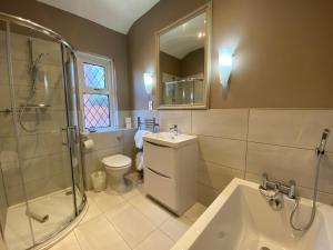 A bathroom at Bedford Hotel