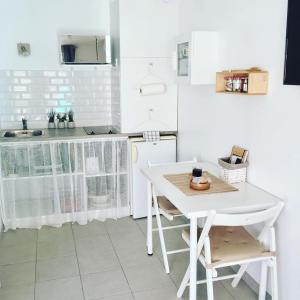A kitchen or kitchenette at Gîte Les Lauriers Roses
