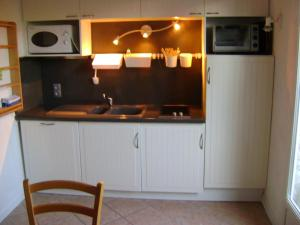 A kitchen or kitchenette at La Petite Maison sur l'Ile de Ré