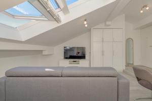 A television and/or entertainment centre at CAPITAL Apartments and Rooms