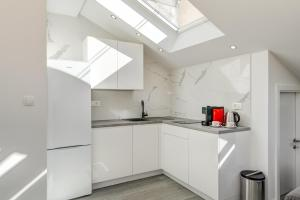 A kitchen or kitchenette at CAPITAL Apartments and Rooms