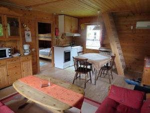 Ein Restaurant oder anderes Speiselokal in der Unterkunft Kalvatn Turistsenter