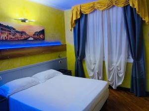 Letto o letti in una camera di Hotel Malpensafiera