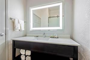 A bathroom at La Quinta Inn & Suite Kingwood Houston IAH Airport 53200