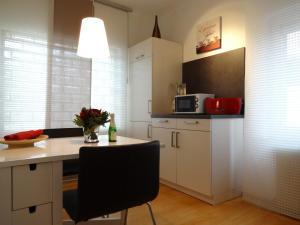 A kitchen or kitchenette at Ferienwohnung Huttenstrasse 22C