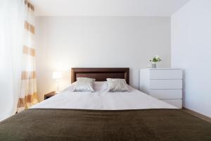 Łóżko lub łóżka w pokoju w obiekcie Apartament Parkowy