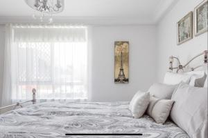A seating area at Stunning Burleigh Beach Apartment
