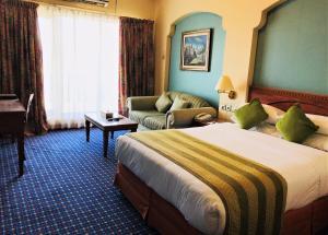 سرير أو أسرّة في غرفة في فندق ريفيرا