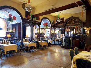 Ein Restaurant oder anderes Speiselokal in der Unterkunft Parkhotel Deutsches Haus