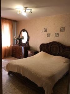 Кровать или кровати в номере Уютная однушка в самом сердце Центрального района