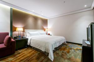 天閣酒店台中館房間的床