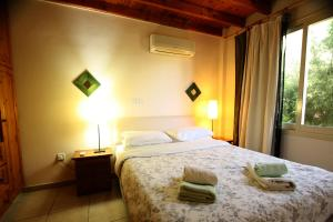 A bed or beds in a room at Hilltop Chalet