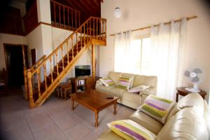 A seating area at Hilltop Chalet