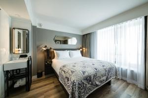 A bed or beds in a room at Pestana Park Avenue