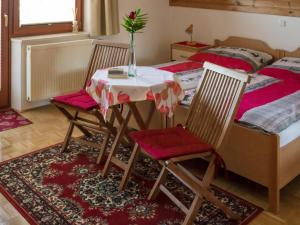 A restaurant or other place to eat at Guest House Alenka