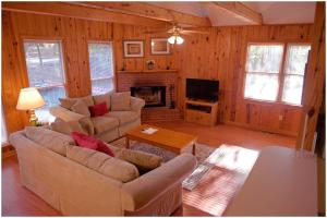 A seating area at Pine Mountain Club Chalets
