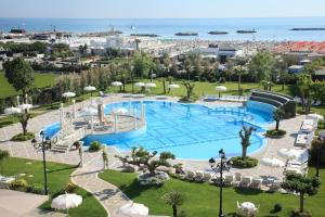 A view of the pool at Grand Hotel Da Vinci or nearby