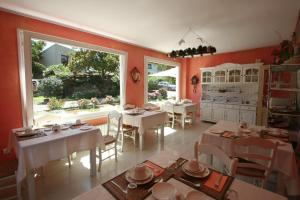 A restaurant or other place to eat at Posada los Trastolillos