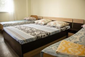 Кровать или кровати в номере Тихий уютный дом