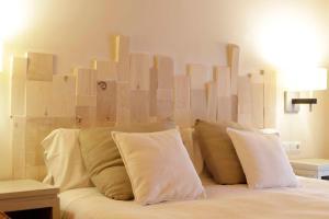 Llit o llits en una habitació de Hotel Boutique Niu de Sol