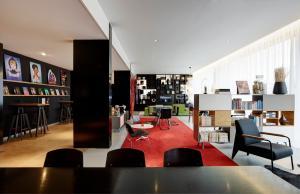 Um restaurante ou outro lugar para comer em citizenM Schiphol Airport