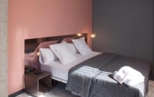 A bed or beds in a room at Apartamentos NONO by Charming Stay
