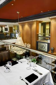 A restaurant or other place to eat at Hôtel Le Cantlie Suites