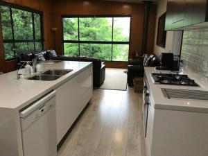 A kitchen or kitchenette at Springbrook25 Pet friendly House