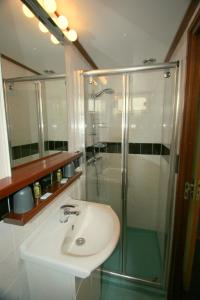 A bathroom at Hotelboat Fiep