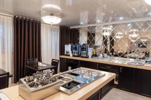 Ein Restaurant oder anderes Speiselokal in der Unterkunft Bogemia Hotel on Vavilov Street