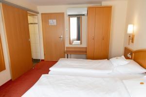 Ein Bett oder Betten in einem Zimmer der Unterkunft Flair Hotel Deutsches Haus
