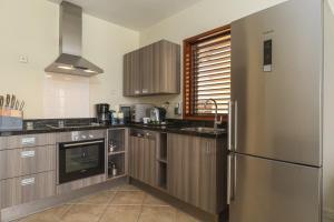 Een keuken of kitchenette bij LionsDive Beach Resort