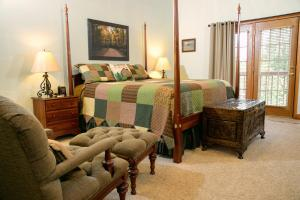 A bed or beds in a room at Berry Springs Lodge