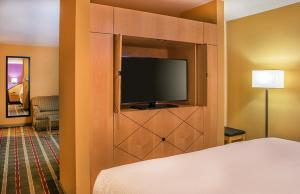 A television and/or entertainment center at Pier 5 Hotel Baltimore, Curio Collection by Hilton