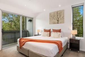 A bed or beds in a room at Aquawaters@Belongil