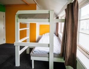 Un ou plusieurs lits superposés dans un hébergement de l'établissement Tromso Activities Hostel