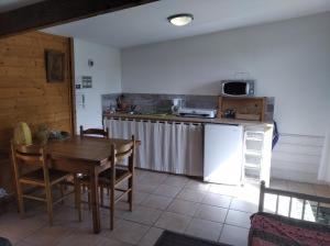 A kitchen or kitchenette at Les Mésanges